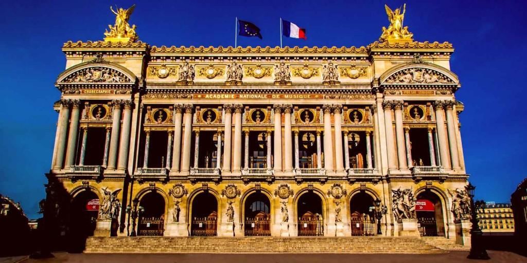 Здание театра в архитектурном стиле боз-ар